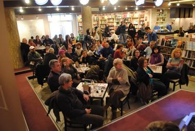 Publika u Delfi kafeu