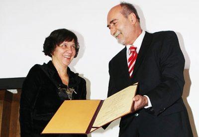 Milan Ćulibrk, glavni urednik NIN-a, uručuje nagradu Ivani Dimić
